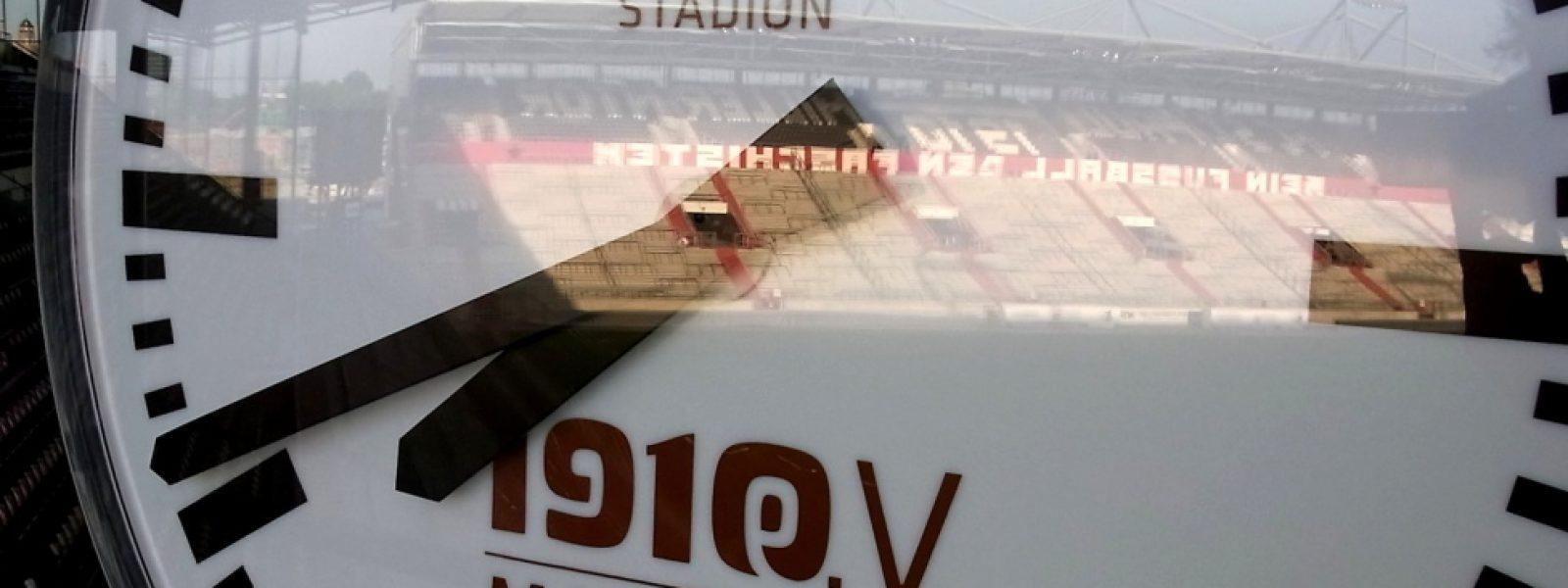 Die neue alte Stadionuhr am Millerntor. Foto: Olaf Bartsch